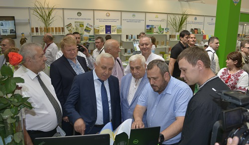 AgroScout CEO Simcha Shore (2nd from right) presents to the head of the Ukrainian Potato Institute and the head of the Ukrainian Agricultural Research Agency at AGRO-2018, Kiev, 6-9 June.